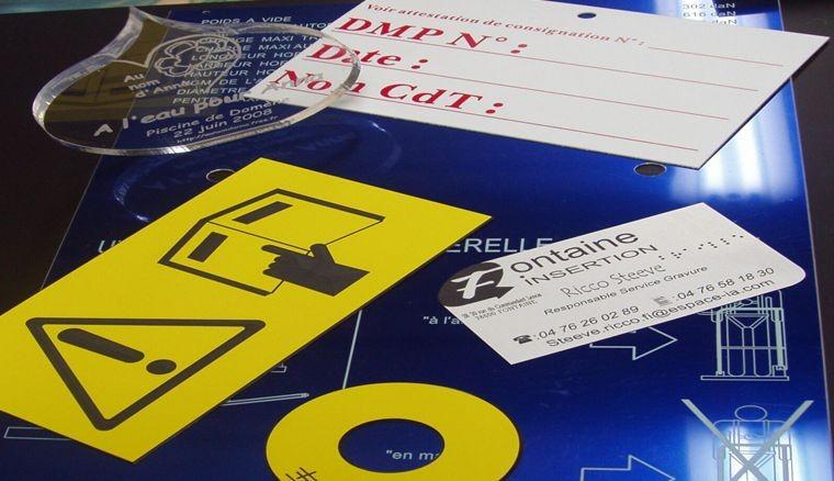 Divers étiquettes en gravoply, pvc, métallex avec marquage laser et gravure mécanique