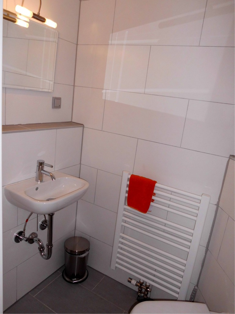 Obergeschoss - Toilette mit Handwaschbecken