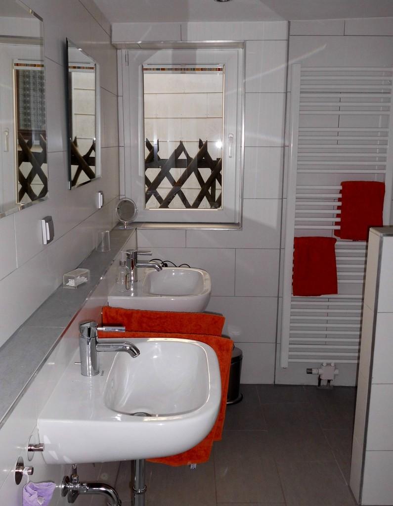 Erdgeschoss - Großes Bad, (Toilette, Dusche, 2 Waschbecken)