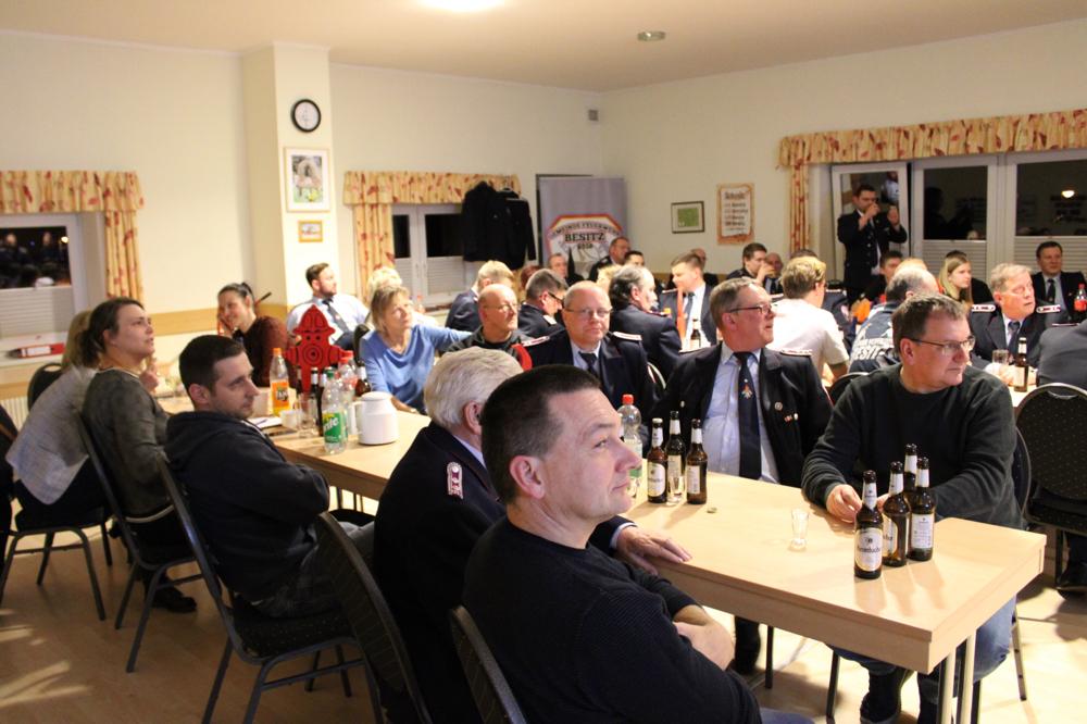Über 40 Mitglieder und Gäste folgten der Einladung der Wehrführung in das Dorfgemeinschaftshaus und lauschten gespannt den Berichten.   Foto: Kristoph-Felix Piepke