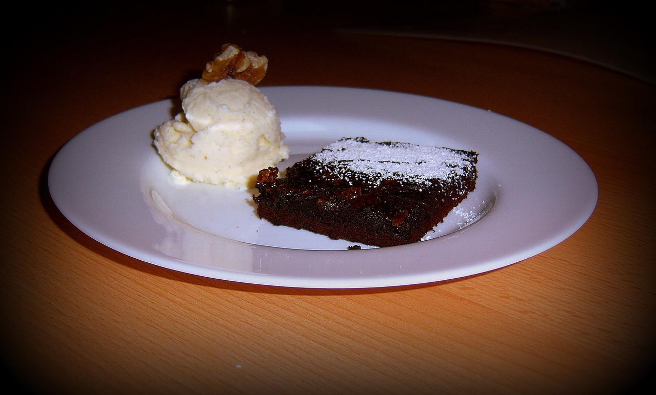Gegrillter Brownie mit hausgemachtem Vanilleeis