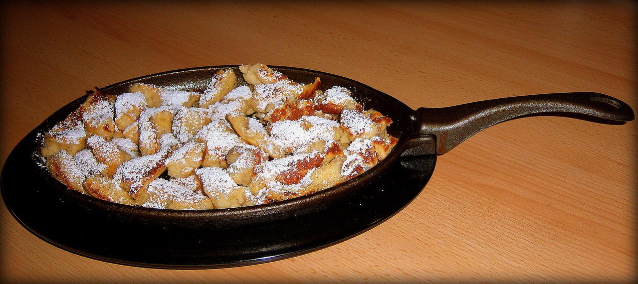 Kaiserschmarrn serviert in der Gusspfanne vom Grill
