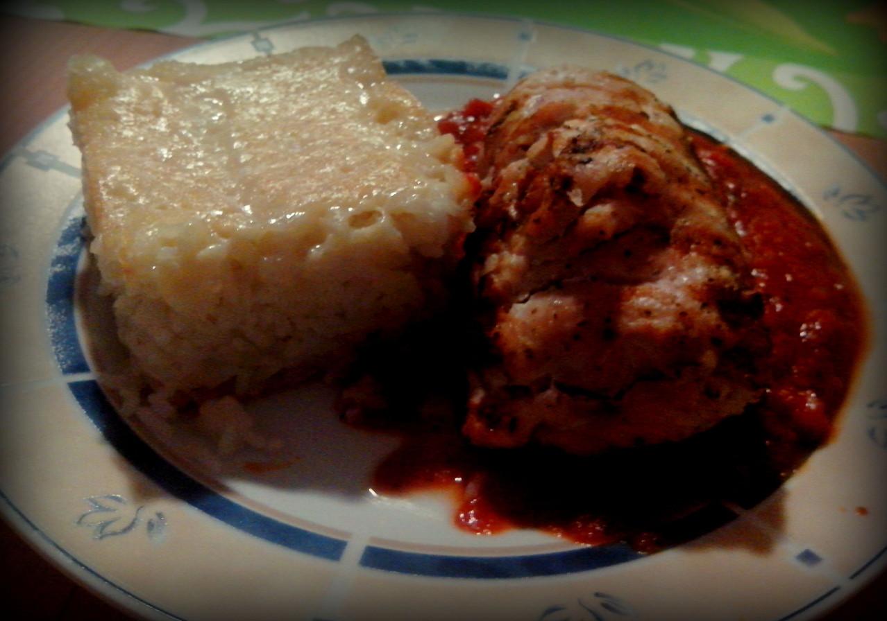 Gefülltes Hähnchenbrustfilet mit Tomatensauce und gegrilltem Reis mit Parmesankruste