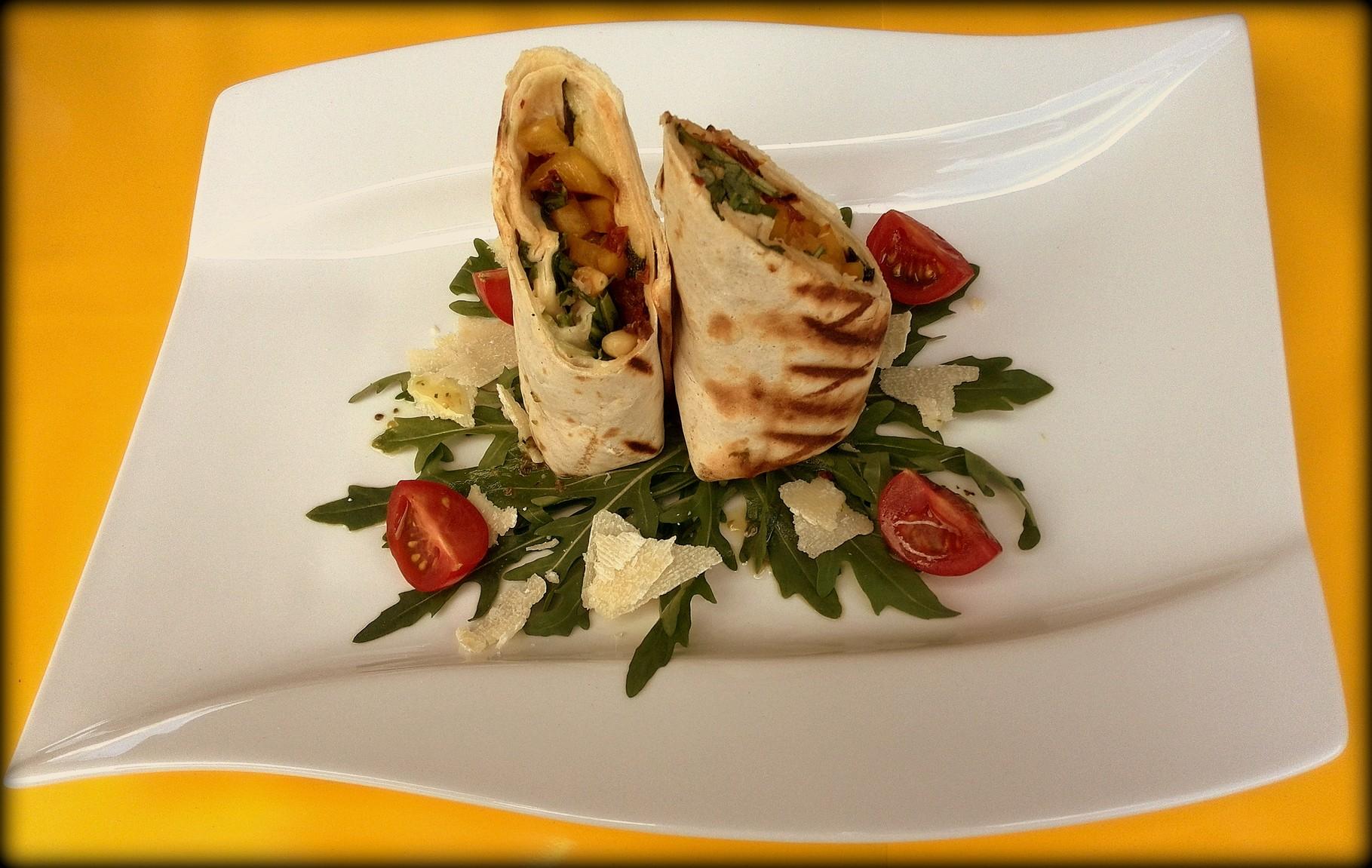 Vorspeiße: Gemüsewrap mit Ziegenfrischkäse und gerösteten Pinienkernen auf Rucolasalat