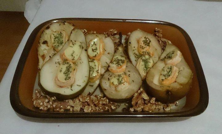 Gegrillte Birne mit Camembert und gerösteten Nüssen