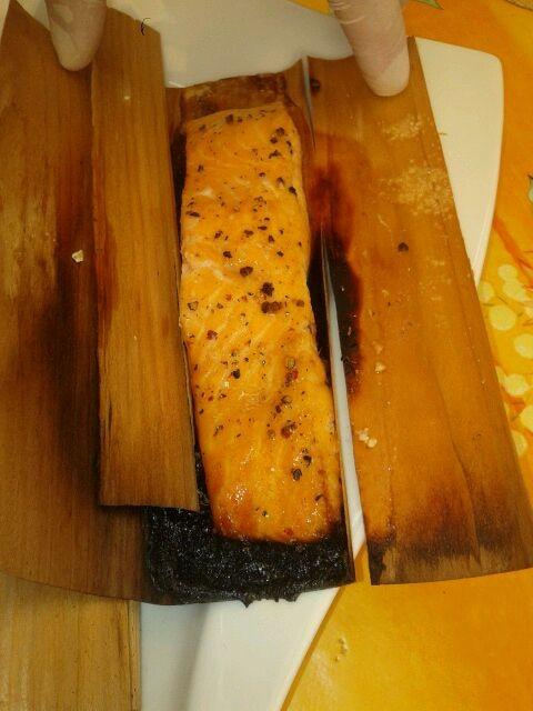 Karamellisierter Lachs in Wood Wraps aus Zedernholz