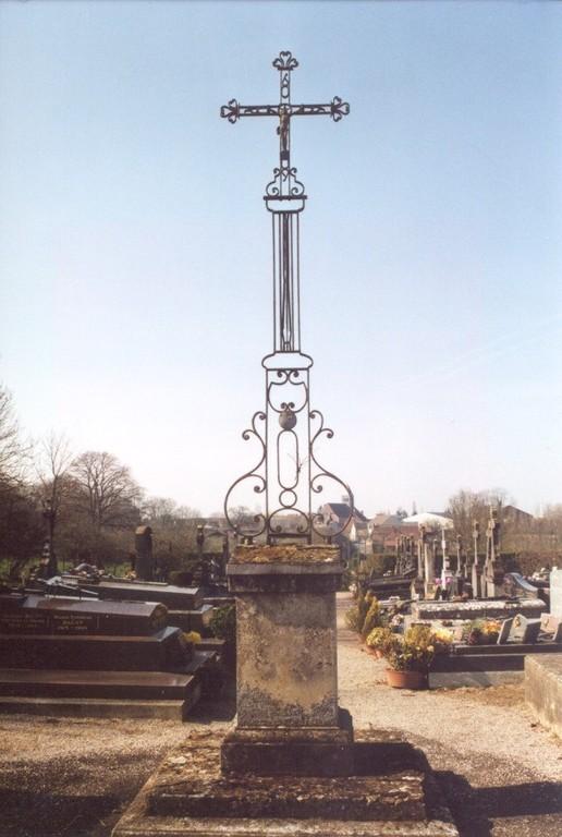 Calvaire au centre du cimetière (ph AdB 2000)