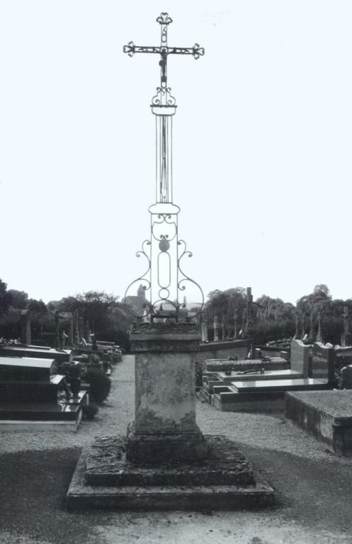 Calvaire au centre du cimetière (ph AdB 1997)