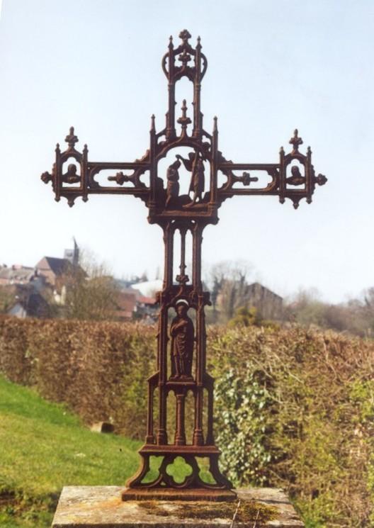 Croix d'une tombe dans le cimetière (ph AdB 2000)