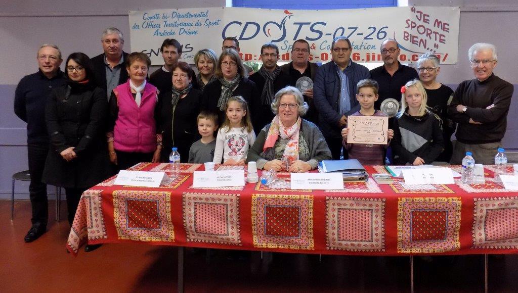 Autour de la présidente Y.SAINT-CLAIR les lauréats du Trophée 2015 Sport-Famille-Bénévolat et Une ville, Un Office