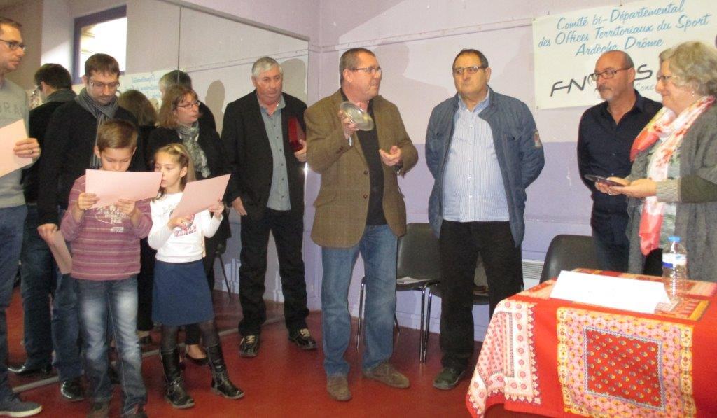 P.GARCIA 1er adj. très honoré de recevoir le trophée 2015 pour la ville de Bourg Saint-Andéol