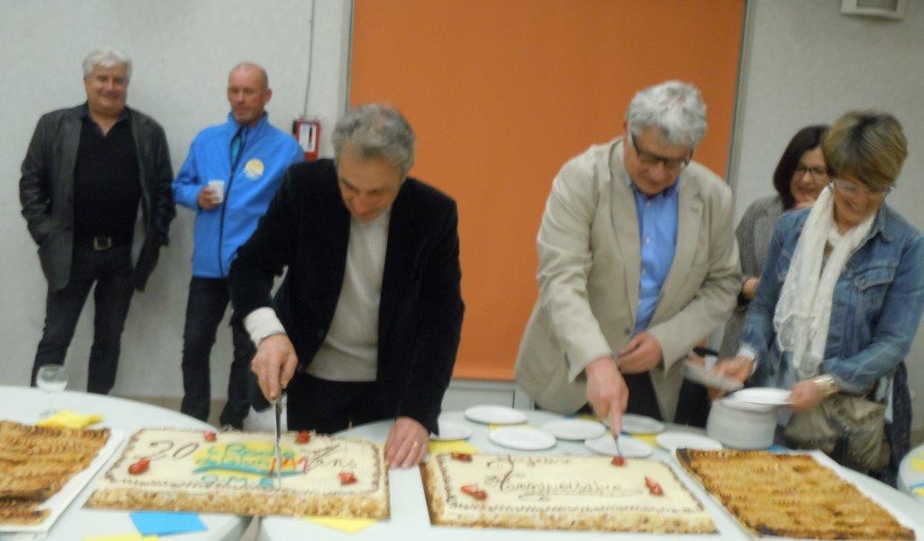 Bruno Foriel et Hervé Chaboud découpent les gâteaux