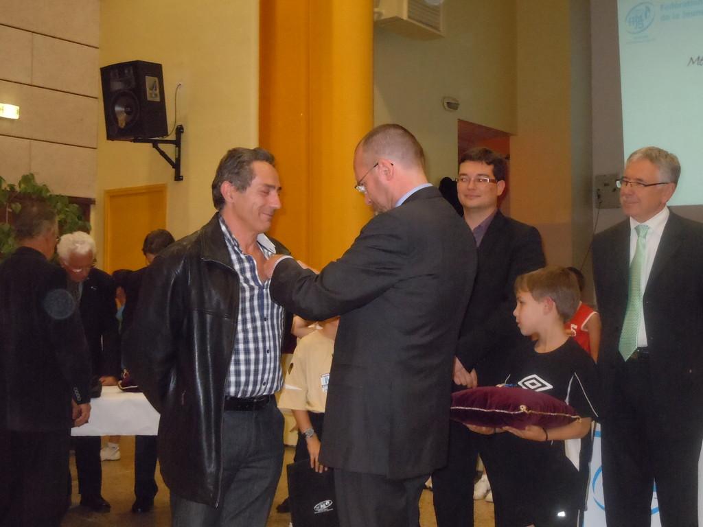 Remise de la médaille de la médaille de bronze à Patrick Poux président de l'Office Multisports de Loriol et trésorier du CDOTS 07-26.