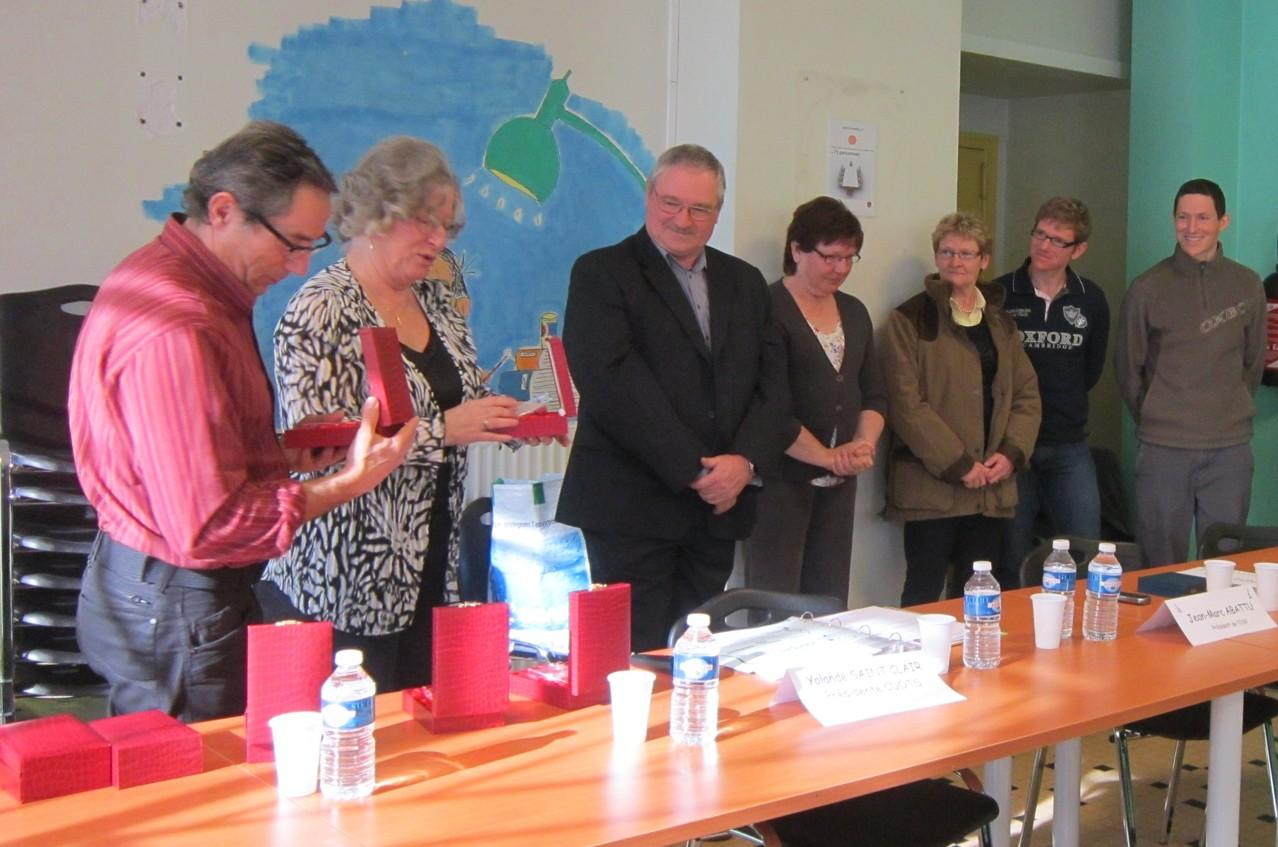 Trophées remis à la famille Meurillon par Patrick Poux et Yolande Saint-clair
