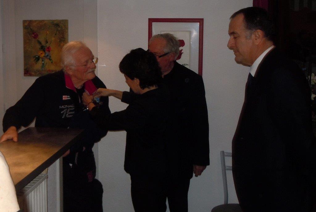 Nathalie Nieson maire de Bourg de Péage remet la médaille d'argent à Gérard