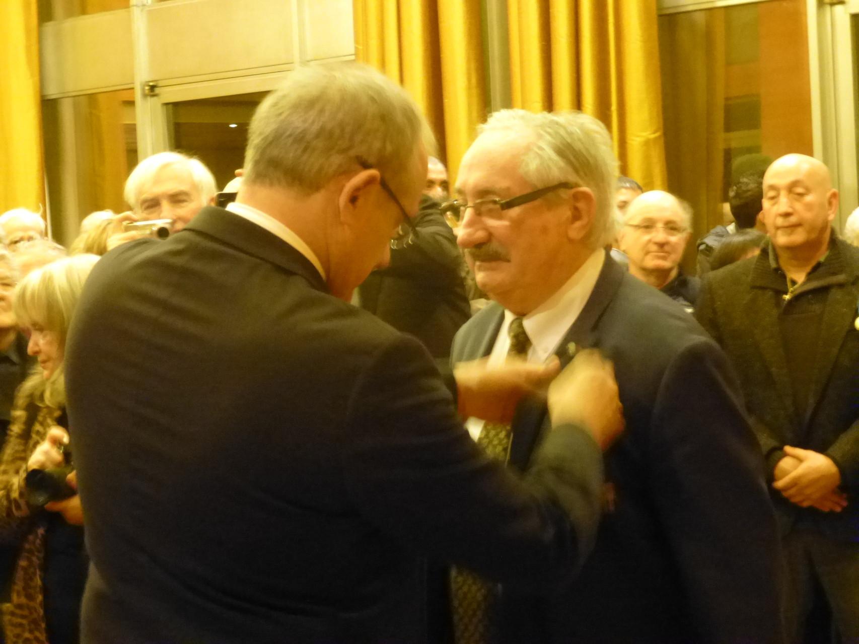 Jean-Marc Abattu reçoit la médaille d'or de la Jeunesse et des Sports