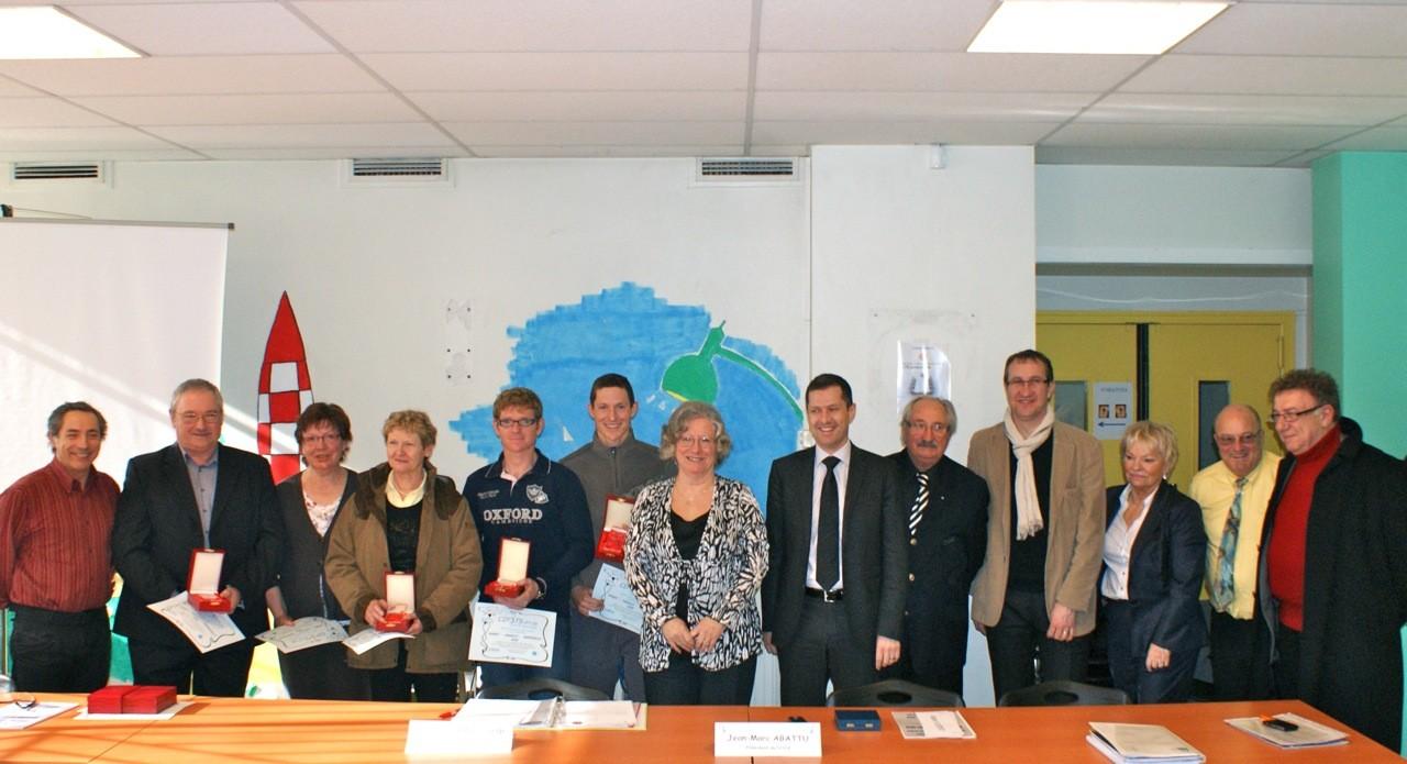 Trophée Sport-Famille-Bénévolat 2012 - Famille Meurillon entourée des personnalités présentes