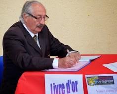 Jean-Marc Abattu signe le livre d'or.