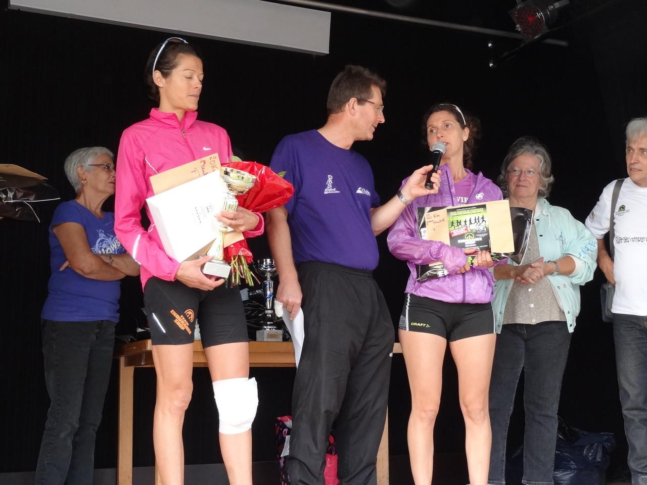 Remises des récompenses aux vainqueurs du 20 km en présence de M. Robert Joux et Mme Janine Alloncle adjoint au maire respectivement a droite et a gauche de la photo,Mme Yolande Saint Claire présidente du CDOTS 07-26