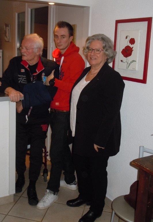 Gérard soutenu par son petit fils et Yolande