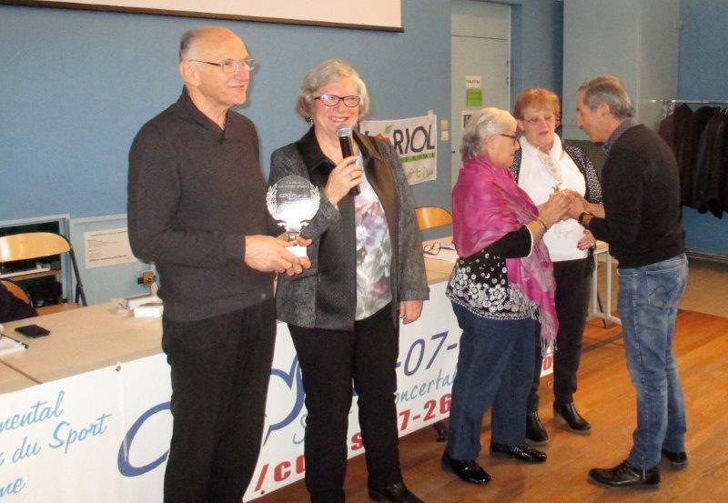 P.Poux remet le 2 ème trophée à l'OMS de Guilherand-Granges