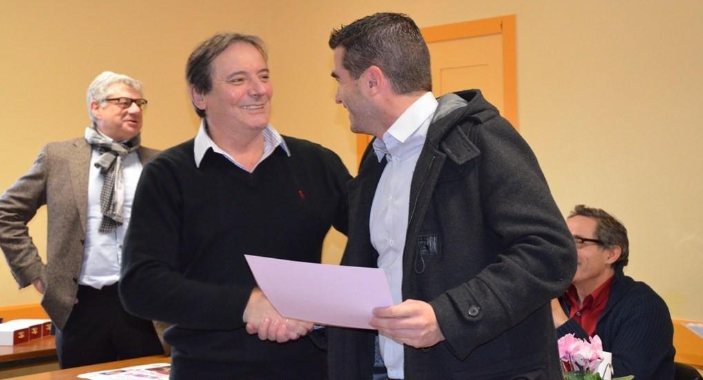 Laurent Rageau remet  à Pierre-Marie Ponsot le Trophée Sport-Famille et bénévolat
