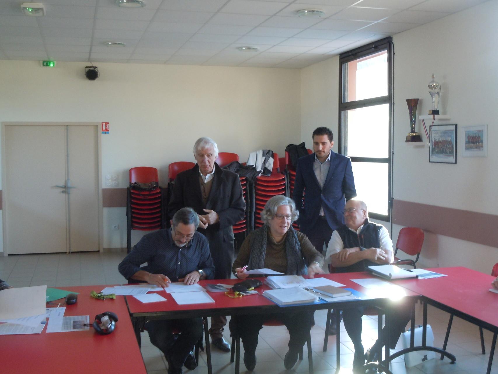 MM Chapuis, Duc, debout et Poux,Dupont et Y.SAINT-CLAIR assis