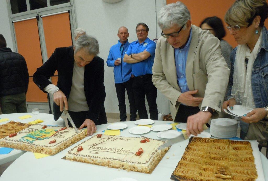 Distribution du gâteau aux présents