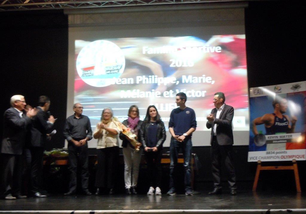 YSaint-Clair remet le trophée à la famillle Allier