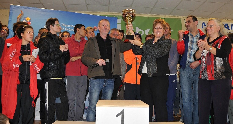 Mme  le maire G.Girard remet le challenge du Lièvre et la Tortue à J.M. Treuil président du Sport Adapté