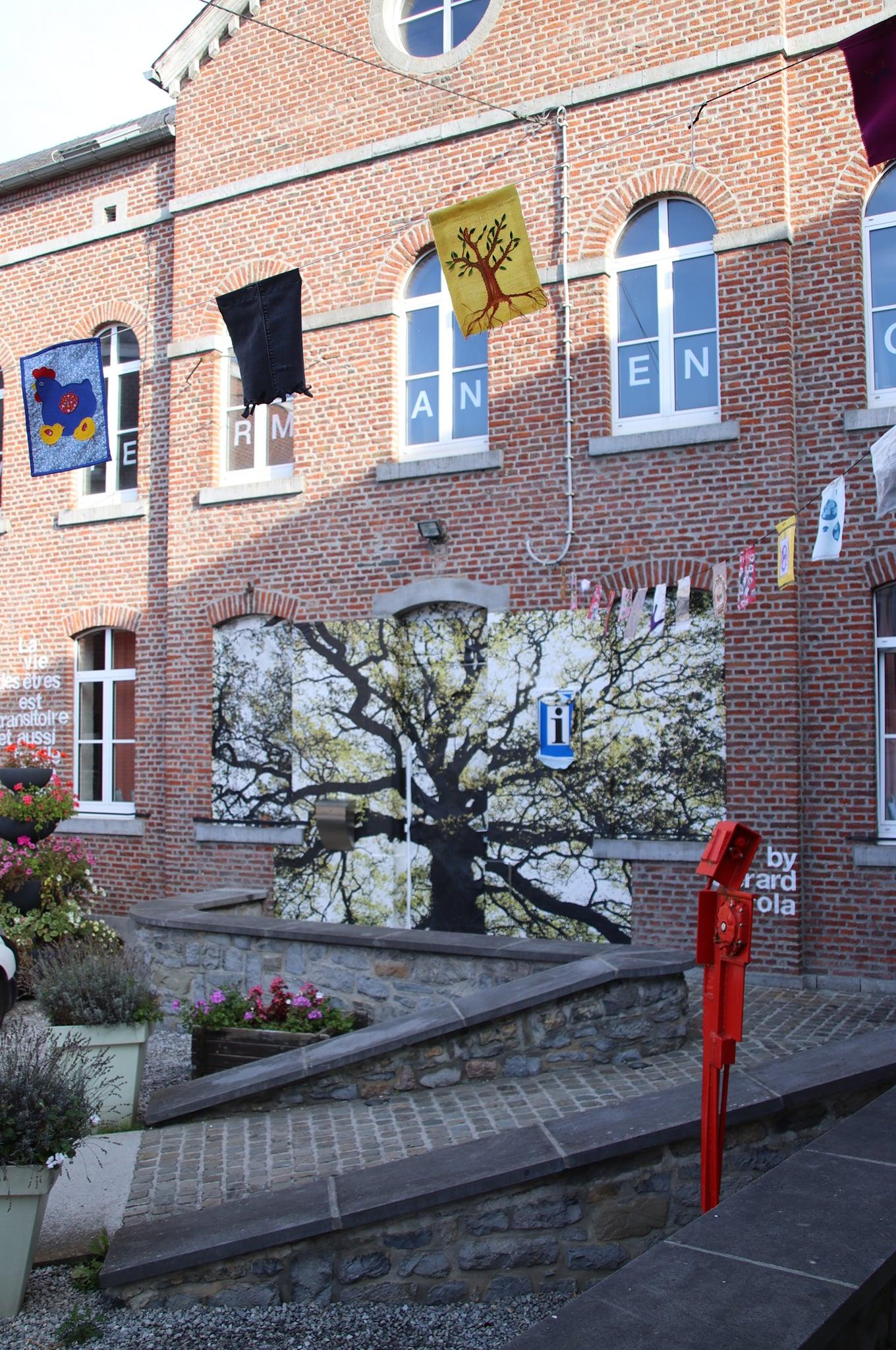 Près de 300 fanions ont été réalisés par des citoyens et installés durant le mois de septembre 2021 dans les rues de Walcourt ©Vincianne Gouttebarge