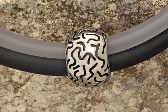 Pendentif personnalisé No: P21004  en argent 925  Collier double silicone noir/blanc  Poids arg. : 15.5 gr.