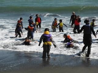 厚真の海は準備をした厚南会館から歩いていける距離。早速海に入ります。