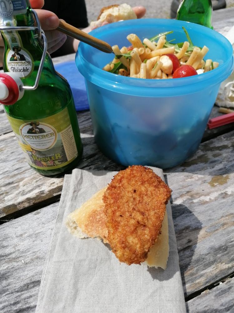 Mitgebracht: selbstgemachte Schnitzel und Nudelsalat