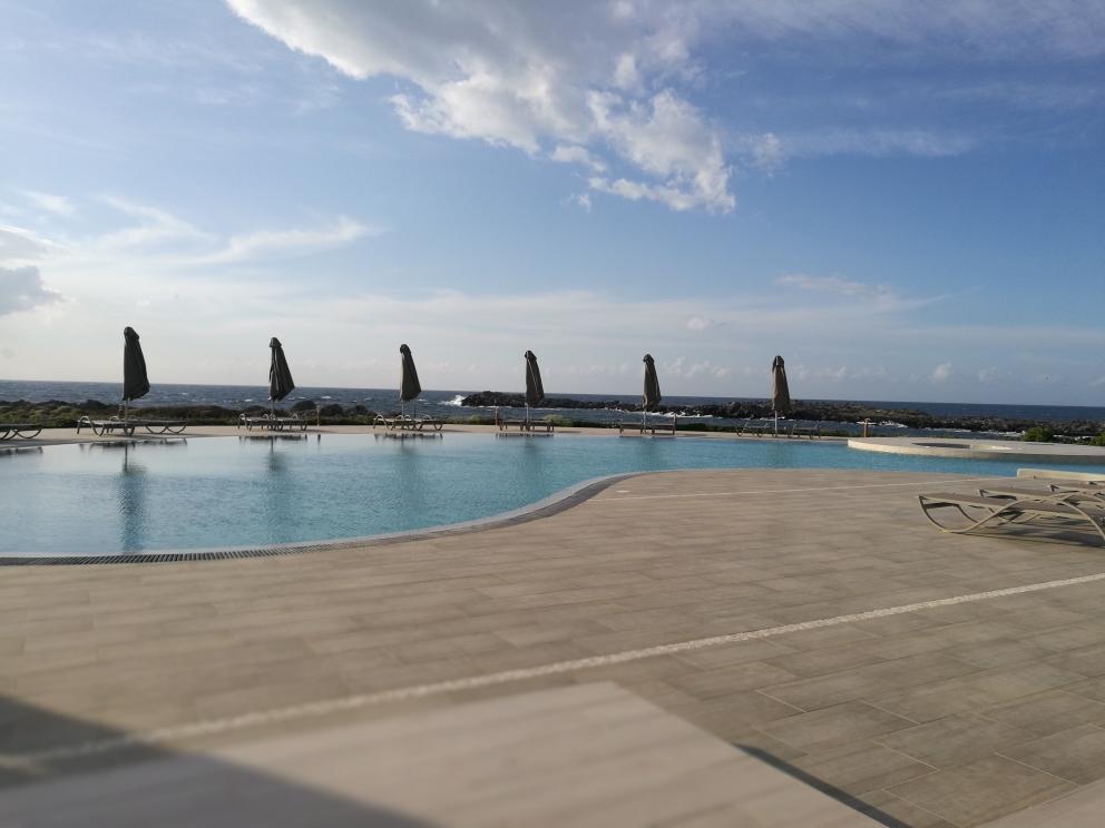 Kavos Hotel - Pool mit Blick auf das Meer. Liebe auf den ersten Blick!