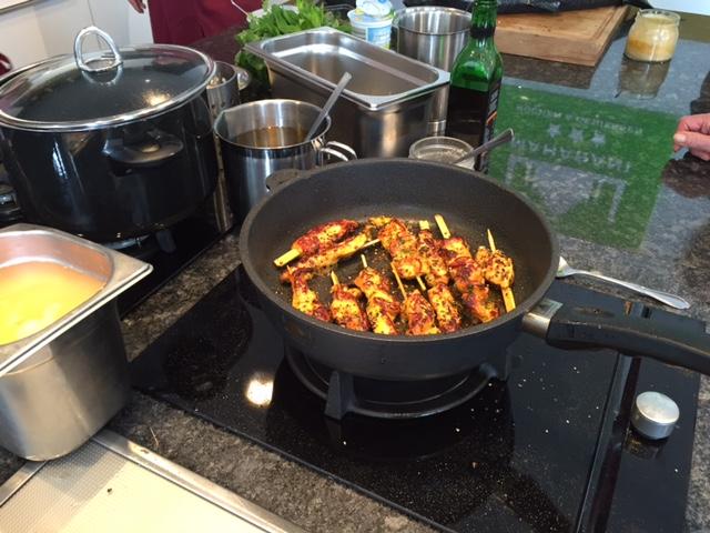 Ich kann so einen Kochkurs beim Inder nur empfehlen, alle von uns gekochten Gerichte mussten wir auch essen, alles war köstlich.