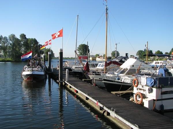 Ein gelungenes Anlegemanöver im ersten Hafen. Blick vom Heck unseres Bootes.