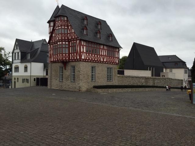 Auch wir waren jetzt einmal bei dem Protzbau in Limburg, unglaublich, was der sich da geleistet hat.