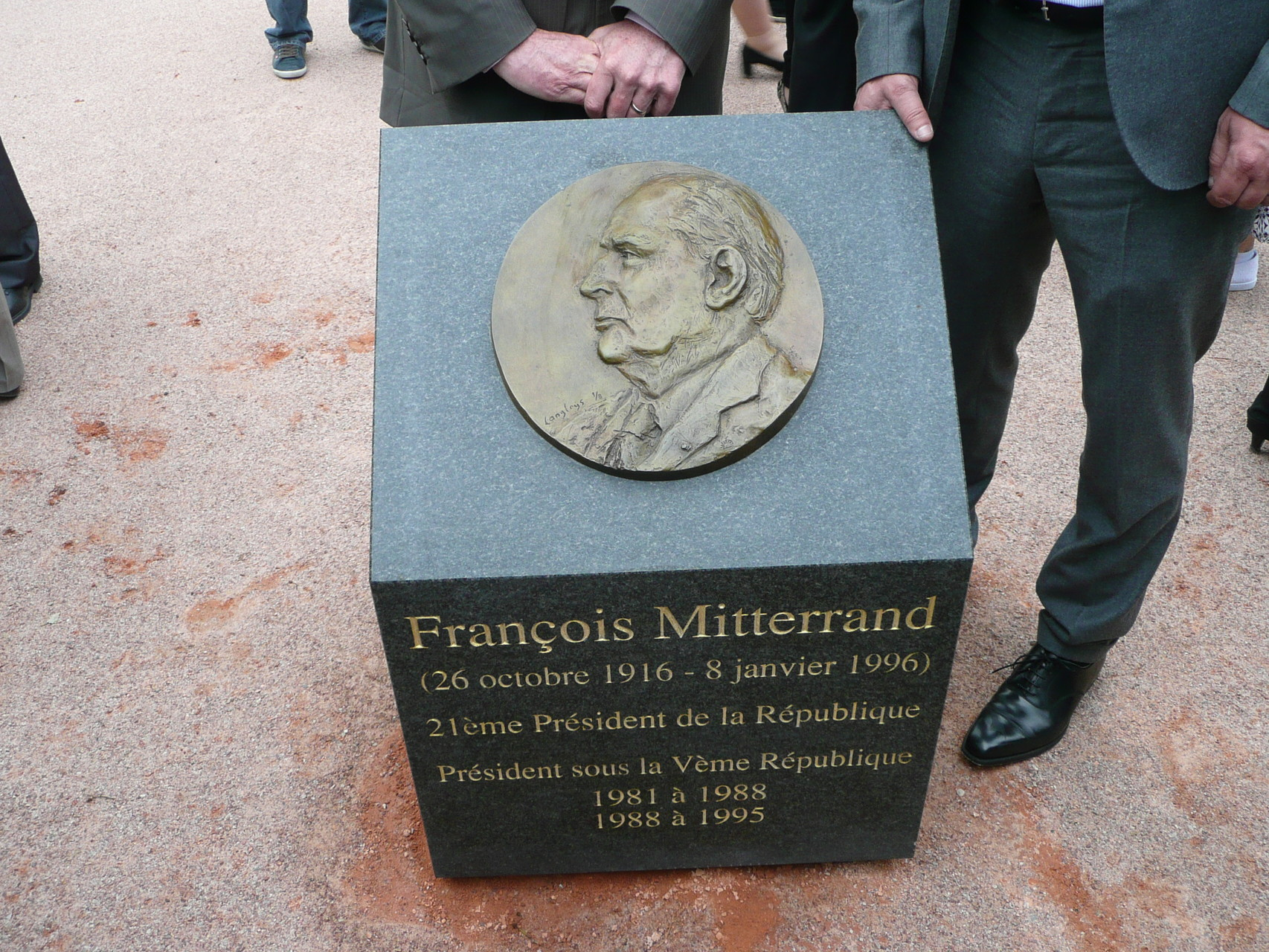 Bas-relief de François Mitterrand, à Goussainville, par Sébastien Langloÿs