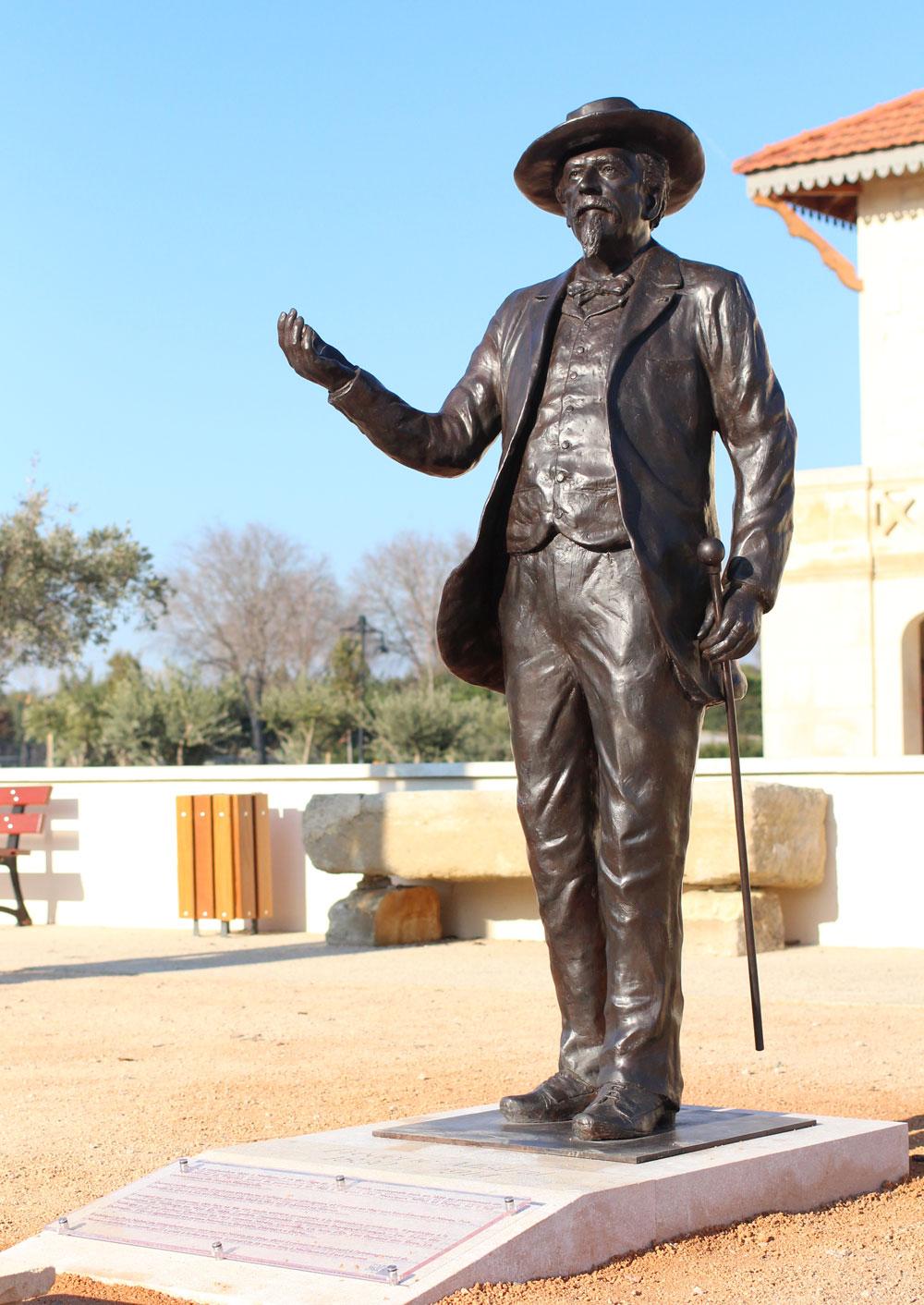Sculpture à taille réel en bronze de Frédéric Mistral , à Eyragues par Sébastien Langloÿs