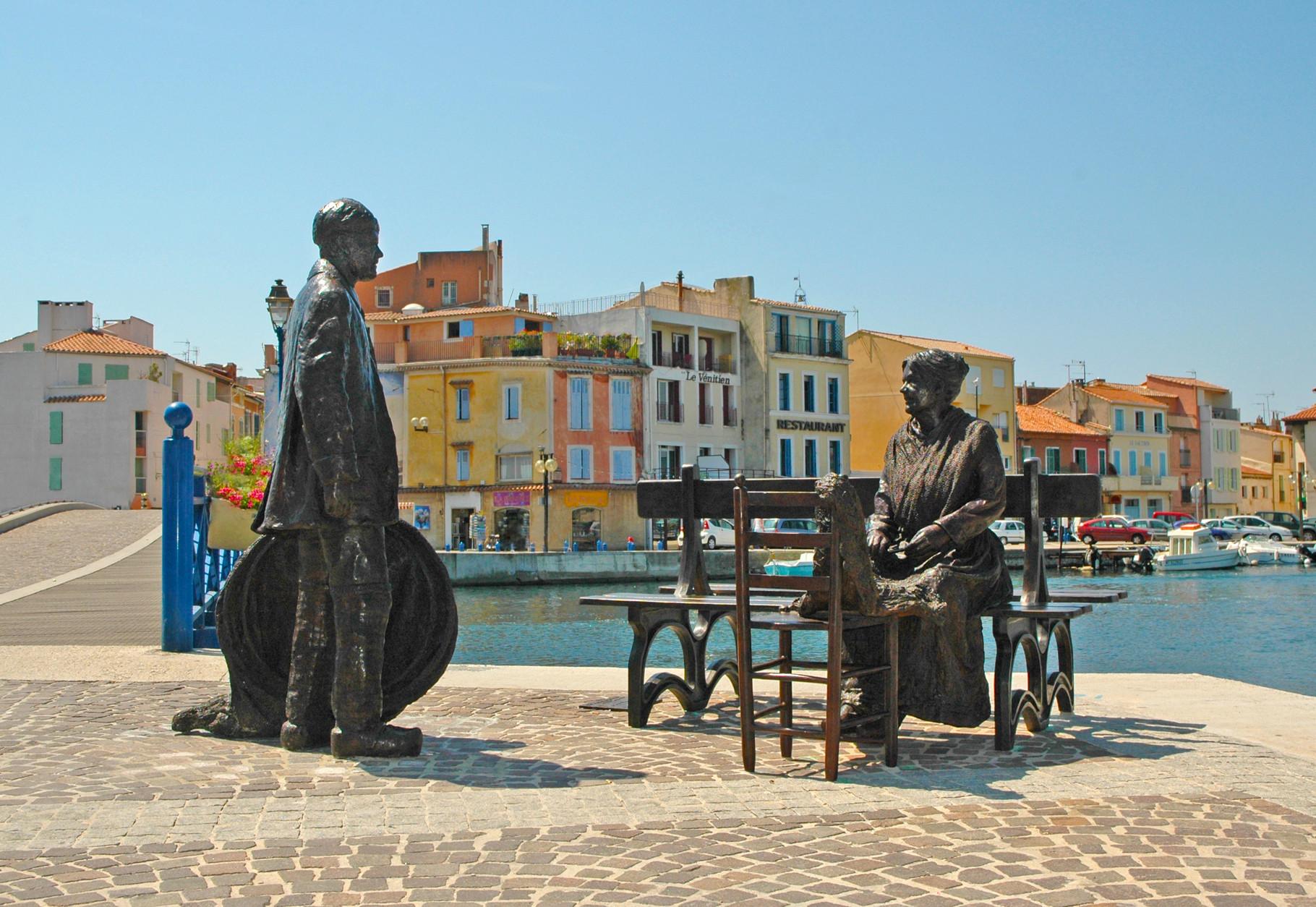 Statues en pied du Pêcheur et la Ramendeuse, au Port de Martigues, par Sébastien Langloÿs