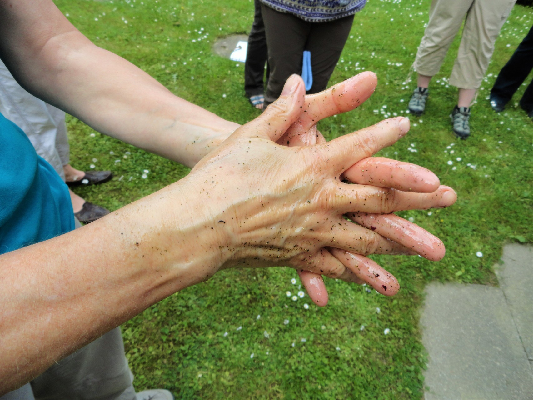 Handpflege mit Brennnesseln