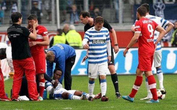 Behandlung von Tim Leibold im Auswärtsspiel gegen den MSV Duisburg
