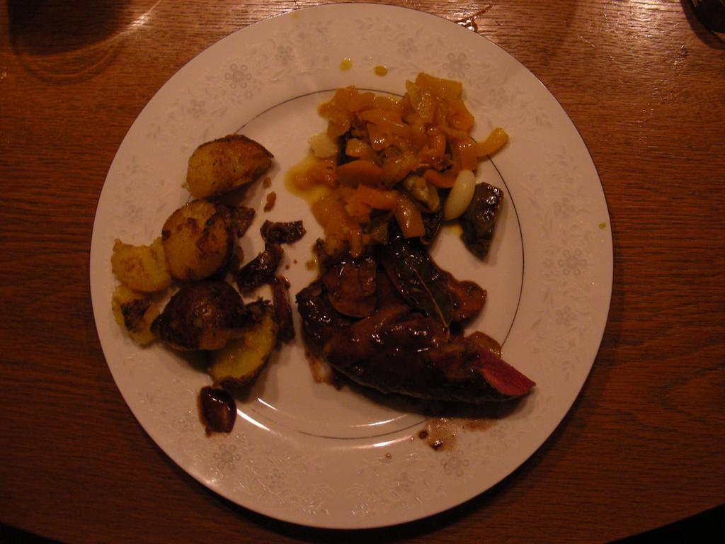 Hirschfilet mit Pilzen, Bratkartoffeln und Gemüse.