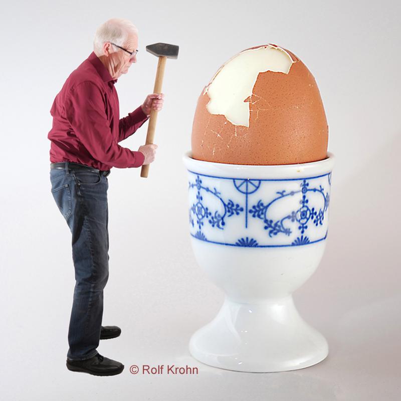 2019 März Ei aufhauen   Foto Rolf Krohn