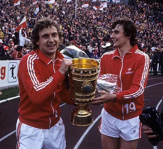 Aux côtés du regretté Flohe (ici à gauche), ou encore de Toni Schumacher, il fut l'un des grands artisans du doublé de Cologne en 1978.