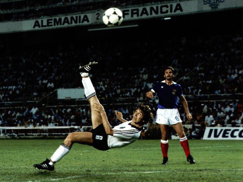 Sous les yeux de Christian Lopez (France), Klaus Fischer inscrit le but de l'égalisation à 3-3 lors de la prolongation de la demi-finale du Mundial '82.