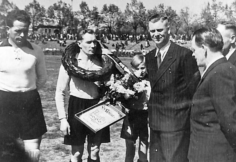 Lenz honoré par Sepp Herberger (de profil, à droite), en 1949, pour son 1000ème match sous les couleurs du BVB.