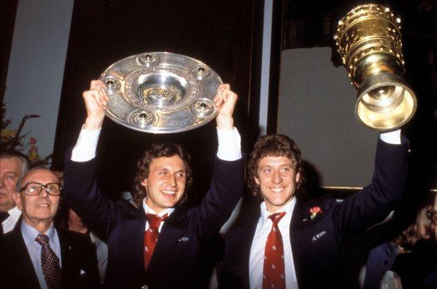 Heinz Flohe (à gauche) et Toni Schumacher fêtant le doublé coupe-championnat de la saison 1977-1978.