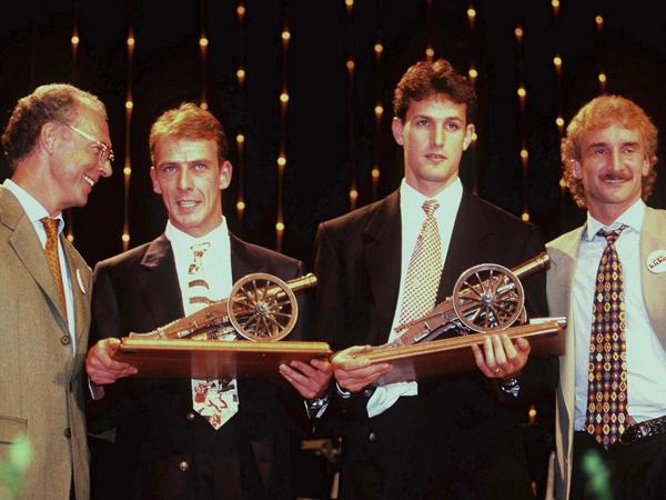 Au terme de la saison 94-95, il est sacré meilleur buteur du championnat d'Allemagne à égalité avec Mario Basler. Les deux joueurs sont ici entourés de Franz Beckenbauer (à gauche) et Rudi Völler (à droite).